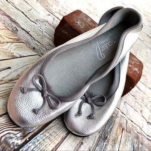 NWOT wide Aerosoles flats silver soft leather 7
